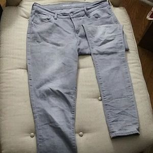Light gray curvy profile skinny jeans